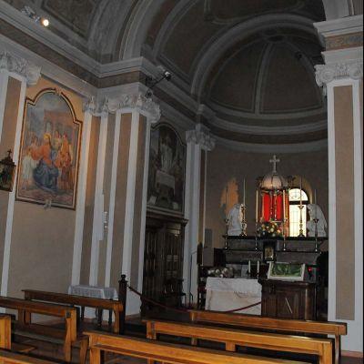 altare con panche